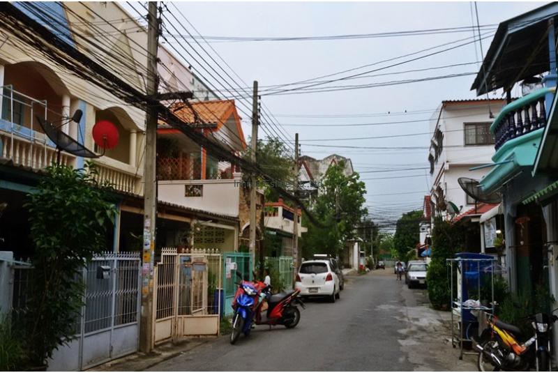 ขายทาวน์เฮ้าส์ หมู่บ้าน ช รุ่งเรือง 6 ถนนบางกรวย - ไทรน้อย ใกล้รถไฟฟ้าสายสีม่วง