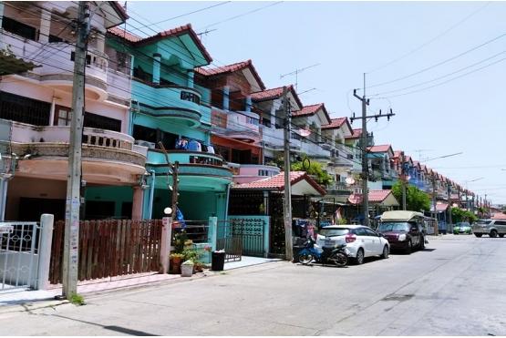 ทาวน์เฮ้าส์ 3ชั้น หมู่บ้านพรทวีวัฒน์1 คลองหลวง ปทุมธานี